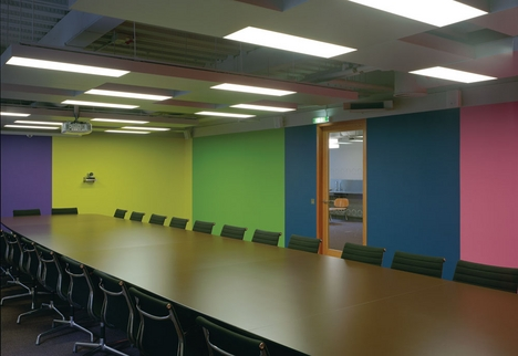 The large meeting room features Lothar Götz's tapestry-like wall painting.